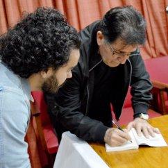 Professor René Simões autografando o livro que é prefaciado por ele.