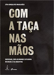 capa do livro com a taca nas maos sociedade copa do mundo e ditadura no brasil e na argentina