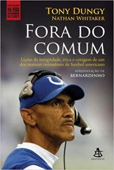 capa do livro fora do comum licoes de integridade etica e coragem de um dos maiores treinadores de futebol americano