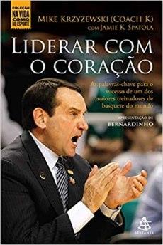 capa do livro liderar com o coracao as palavras chave para o sucesso de um dos maiores treinadores de basquete do mundo